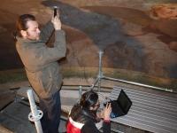 Operatori intenti ad acquisire immagini con la microcamera sul bacino presbiteriale del Duomo di Mondovì